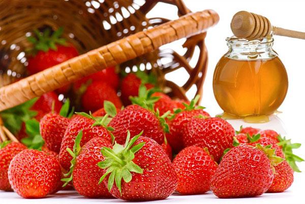 Làm láng mịn da từ hỗ hợp dâu tây-mật ong và dầu oliu