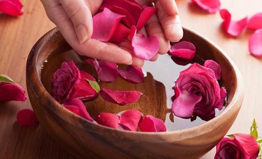 Nước hoa hồng tươi giúp làm sạch da và se khít lỗ chân lông