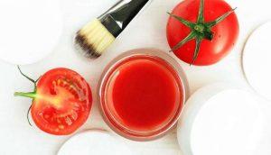 Tạo hỗn hợp nước ép sữa chua và cà chua để dưỡng da và loại bỏ mụn