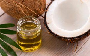 Sử dụng dầu dừa nguyên chất, vô trùng giúp giảm cảm giác khó chịu khi bị đau mắt đỏ