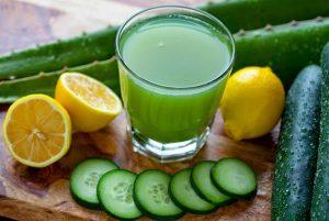 Nước ép dưa leo và vài giọt nước chanh giúp detox thải độc và làm đẹp da hiệu quả