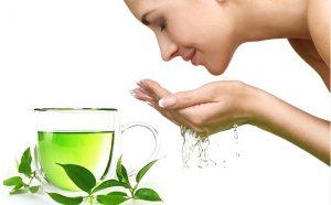 Rửa mặt bằng nước trà xanh giúp kháng viêm hạn chế mụn hiệu quả
