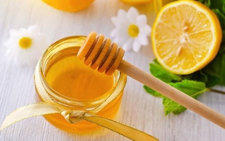làm mặt nạ điều trị mụn bằng chanh và mật ong