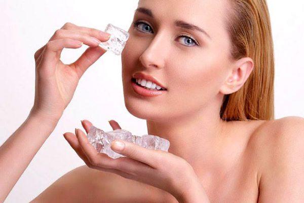 Giảm thâm vùng mắt bằng cách massage đá lạnh