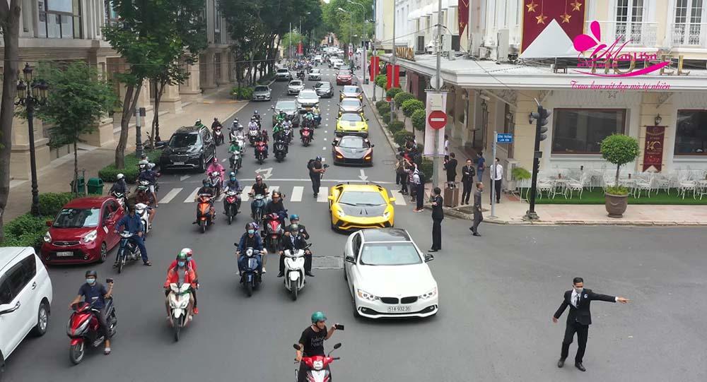 Đoàn siêu xe diễu hành trên phố trước khi đến Adora Nguyễn Kiệm