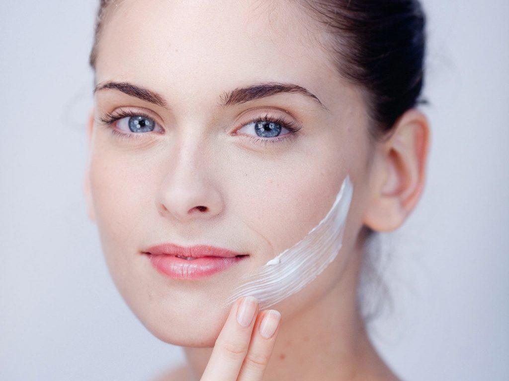sử dụng các sản phẩm điều trị sẹo